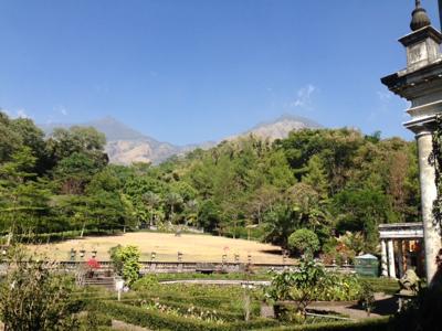 c - uitzicht vanaf de achtergallerij van het woonhuis van vriend At metop de achtergrond de Gunung Arjuna